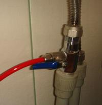 Кран подачи холодной воды на обратный осмос.